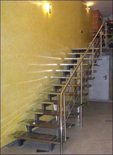 Металлическая маршевая лестница открытого типа