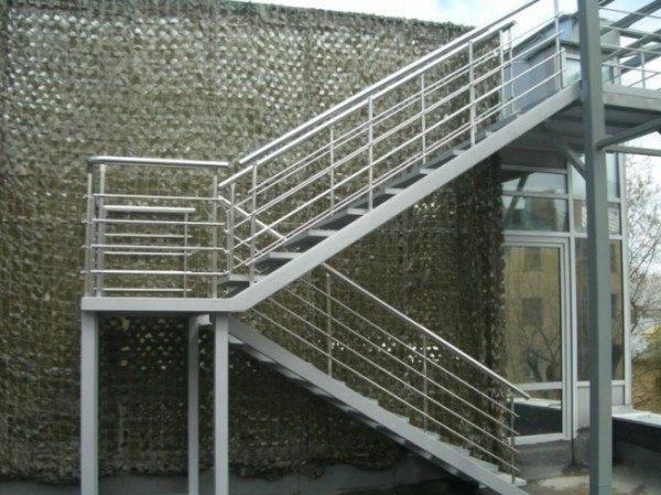 Металлические лестницы промышленных зданий выпускают, исходя их требований максимальной безопасности и надежности.