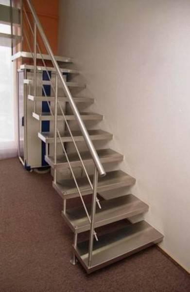 Металлические лестницы создают впечатление производственного дизайна.