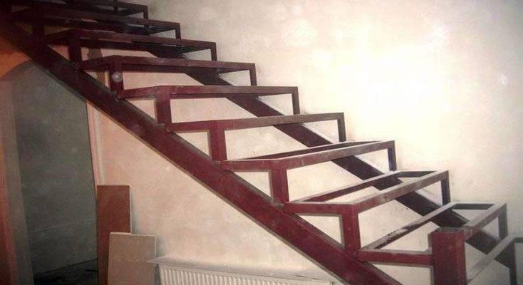 Обшиваем металлическую лестницу своими руками