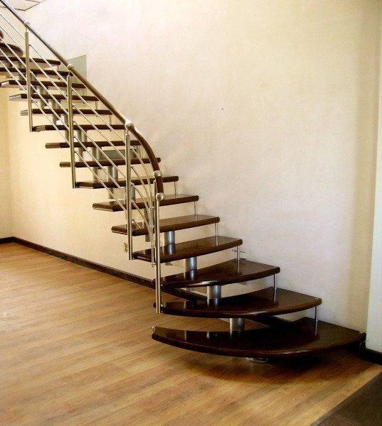 Модульная лестница с деревянными ступенями.