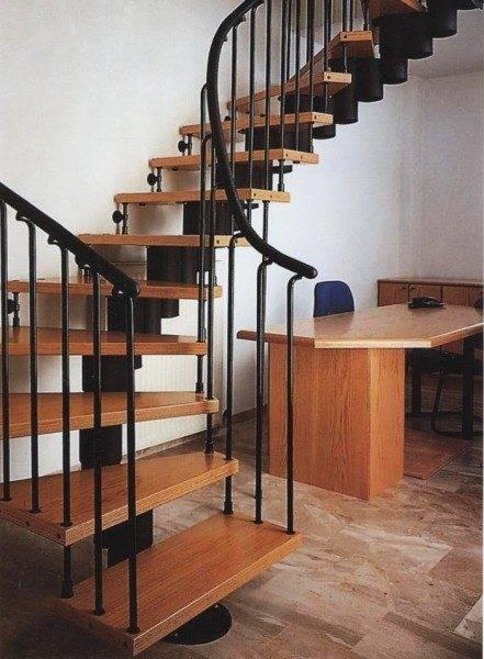 Модульные деревянные лестницы – это всегда изящество и гибкость в использовании технологий крепления – на фото, винтовая на больцах