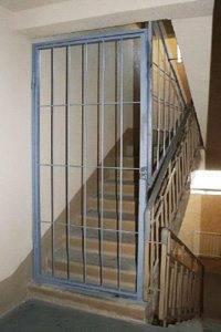 Можно встретить и металлические ограждения, ограничивающие доступ не только к квартирам, но и целому этажу