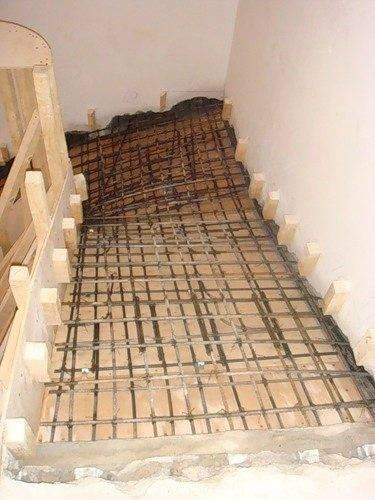 На фото - арматурный каркас двухмаршевой лестницы с забежными ступенями.