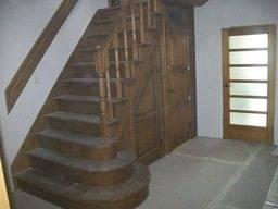 На фото - функциональный пример лестницы-кладовки.