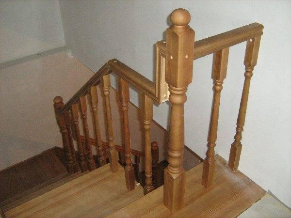 На фото - межэтажная лестница. Материал - сосна.