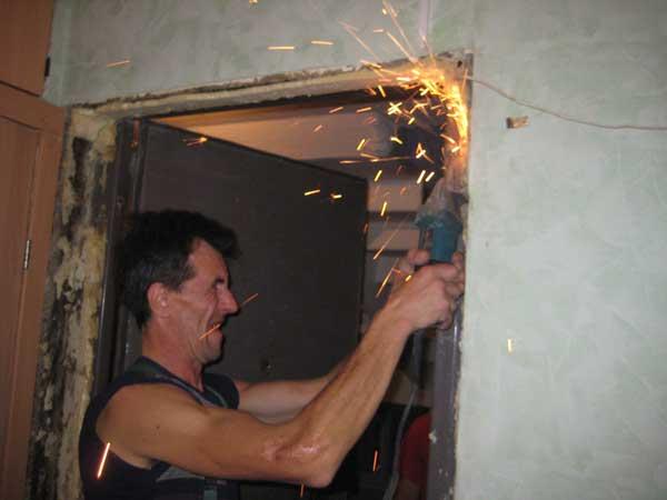 На фото – демонтаж стальной двери.