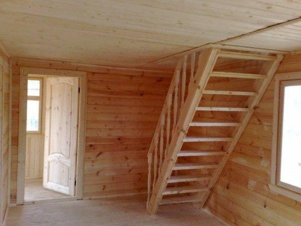 На фото – деревянная лестница на чердак.