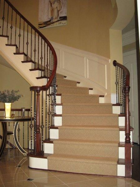 На фото – лестница на второй этаж.