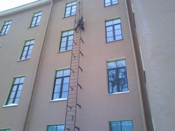 На фото – начальный этап испытаний лестницы.