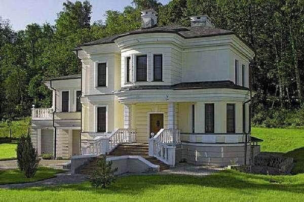 На фото дом с внешней монолитной маршевой лестницей.