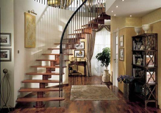 На фото – лестница в доме.