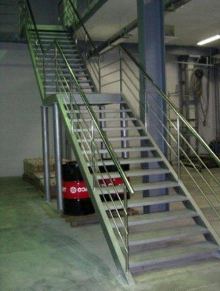На фото пример типичной промышленной лестницы из металла.