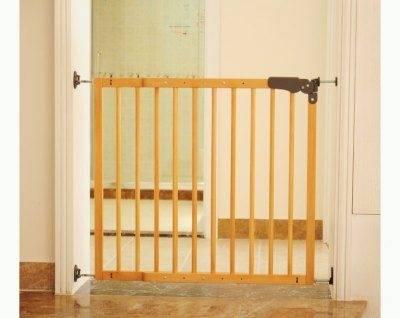 Чем оградить лестницу от ребенка своими руками