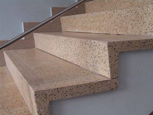 На рынках строительных материалов можно приобрести готовые изделия из натурального камня, специально созданные для обшивки ступеней