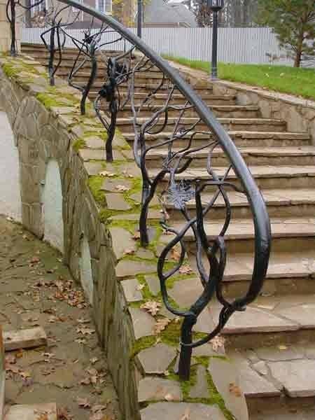 Не зря ведь именно кованые лестницы чаще всего устанавливают на улицах