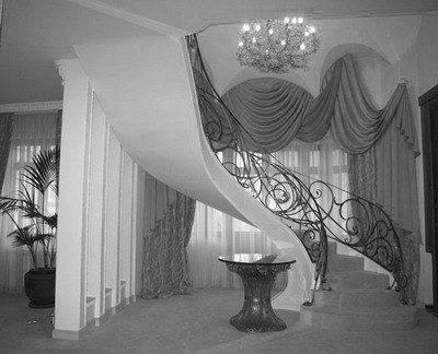 Необычная спиралевидная лестница с коваными перилами
