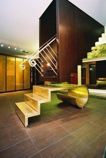 Необычное дизайнерское решение, такую лестницу своими силами уж точно не возвести