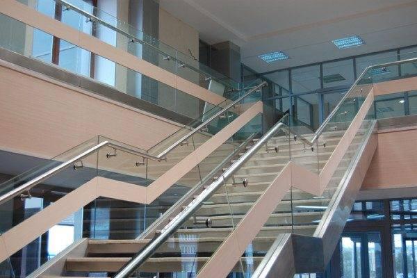 Ограждение лестницы в офисном здании.