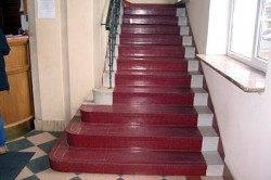 Покраска – популярный, недорогой вариант оформления бетонной конструкции.