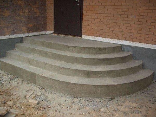 Полностью застывшее крыльцо полукруглой формы из бетона
