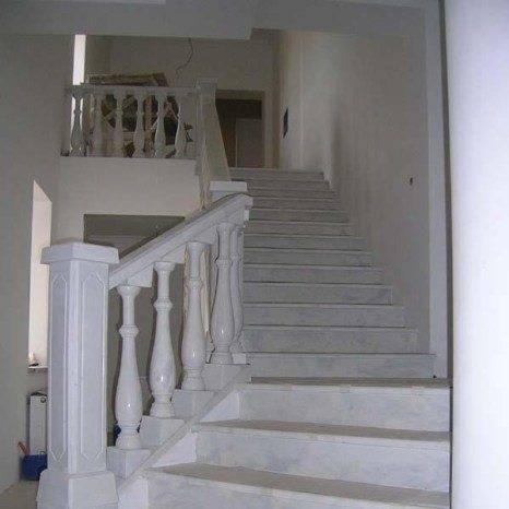 Поручни и балясины из белого мрамора придают лестнице классический вид.