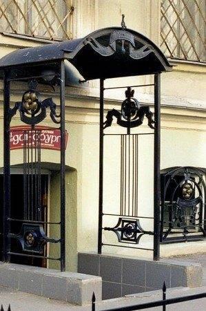 Постройка держится на колоннах