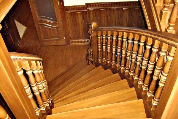 Поворотная маршевая лестница.