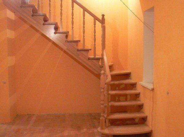 Поворотная забежная лестница