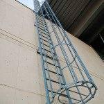 Пожарная лестница с ограждением