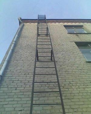 Пожарная лестница без защитного ограждения.
