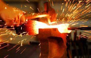 Процесс ковки своими руками возможен только при наличии определённых навыков и специального оборудования