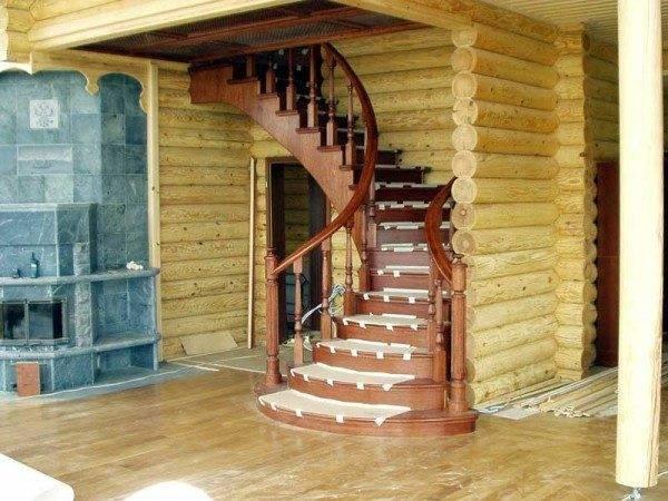 Разнообразие деревянных лестниц безгранично, вы вряд ли встретите одинаковые конструкции и двух соседей, да и в ближайших домах