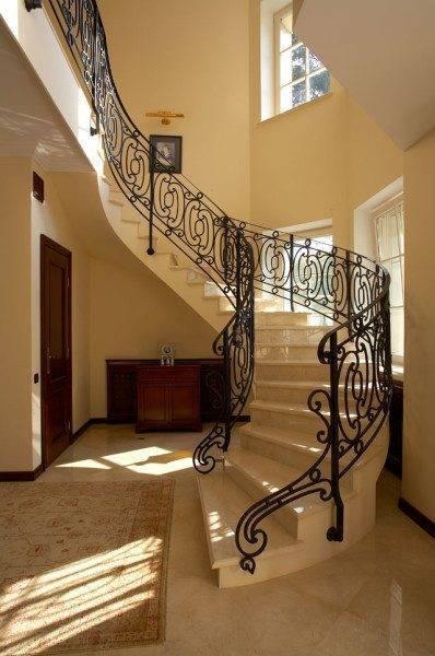 Роскошная лестница с витым кованым декором