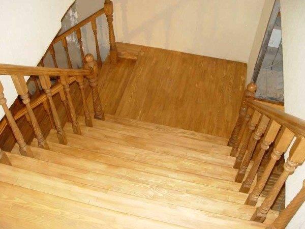 Широкая лестница для дома