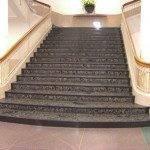 Широкая мраморная лестница