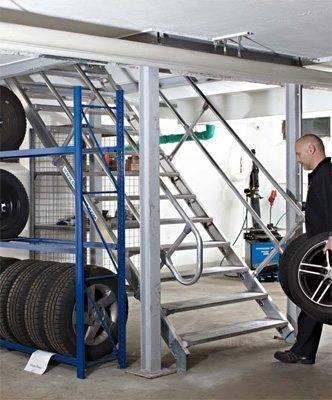 Служебная производственная лестница из нержавеющей стали.