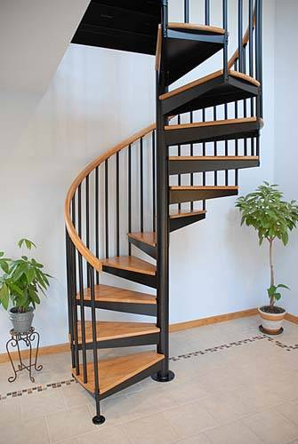Спиральная металлическая конструкция с деревянными проступями.