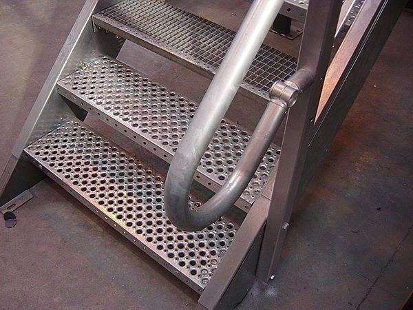 Ступени лестниц из металла, особенно наружных, принято выполнять в виде решеток из арматуры, просечно-вытяжной стали, полос или рифленых элементов.