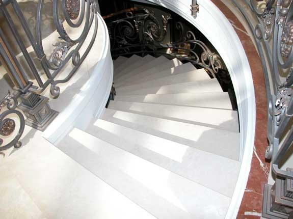 Ступени мраморной лестницы
