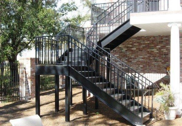 Сварная стальная лестница с тетивами из двутавра.