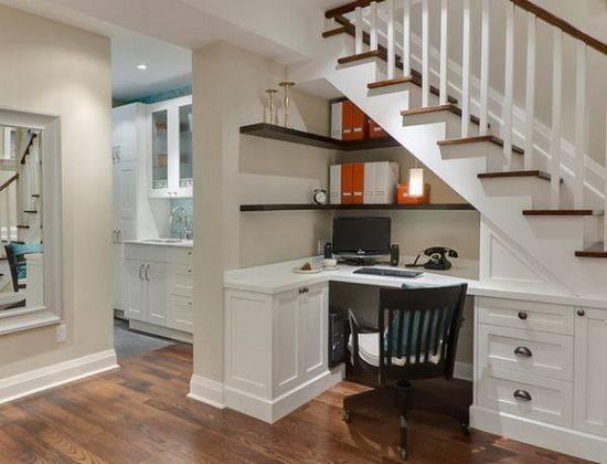 Удобный уголок под лестницей, выполненной из недорогой породы дерева.