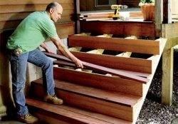 Установка деревянной конструкции.