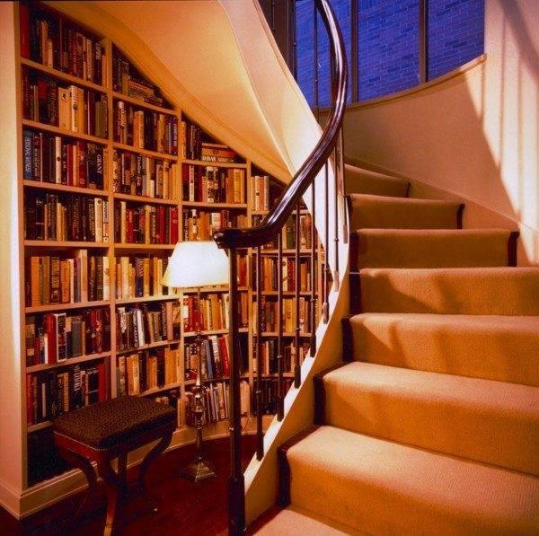Уютненькая мини-библиотека, так и хочется взять оттуда книжку!