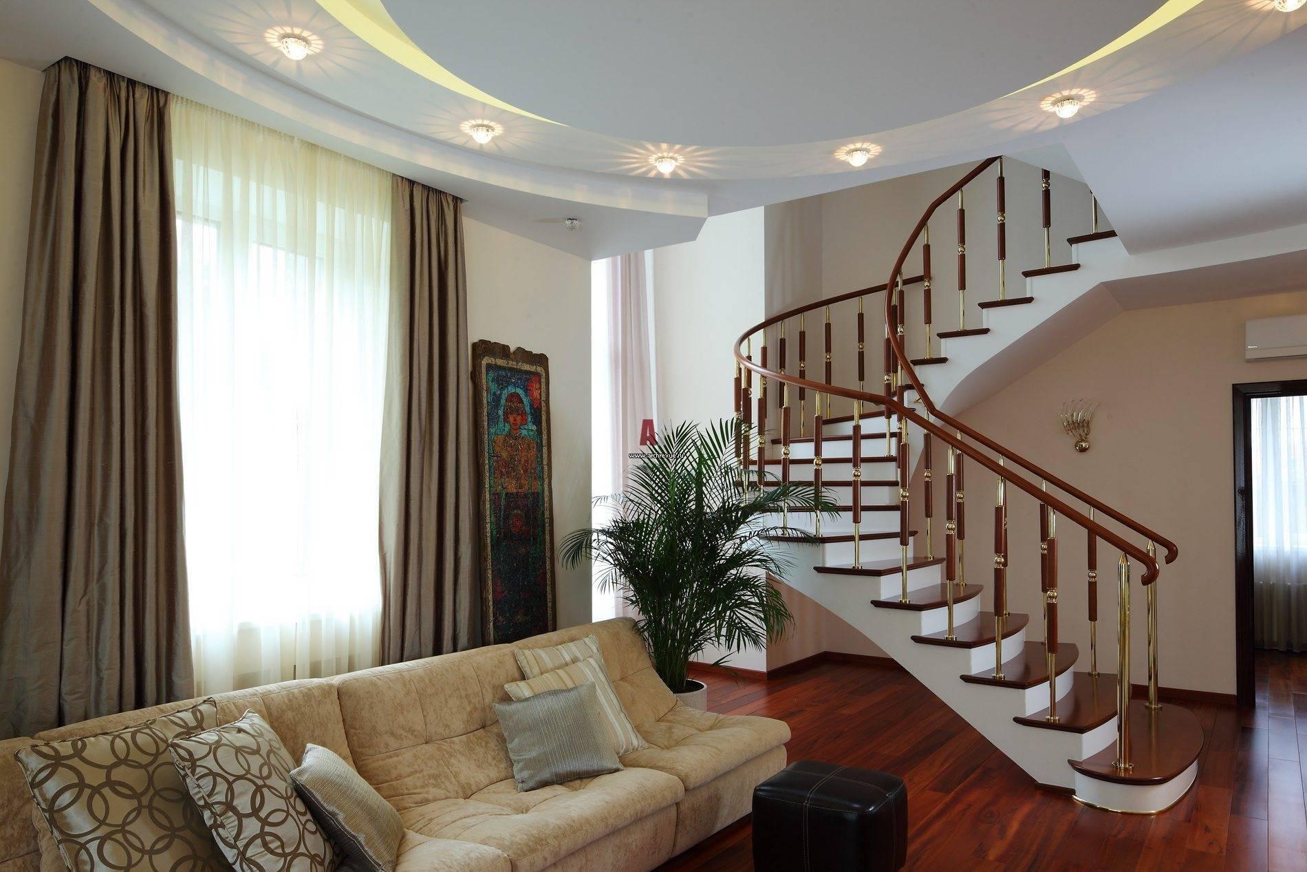 Интерьер гостиной с лестницей в частном доме фото