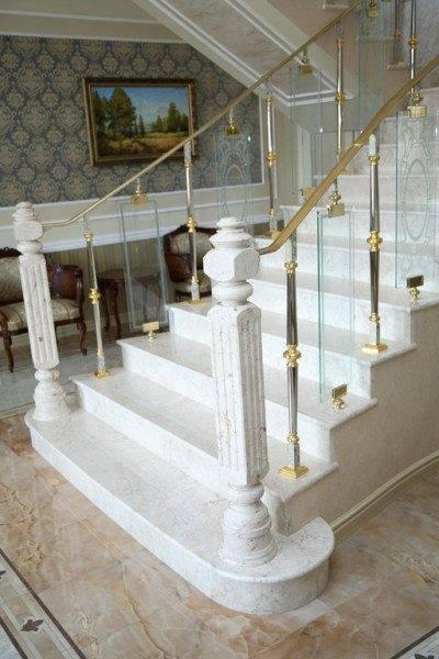 Вариант применения комбинированного ограждения на мраморной лестнице.