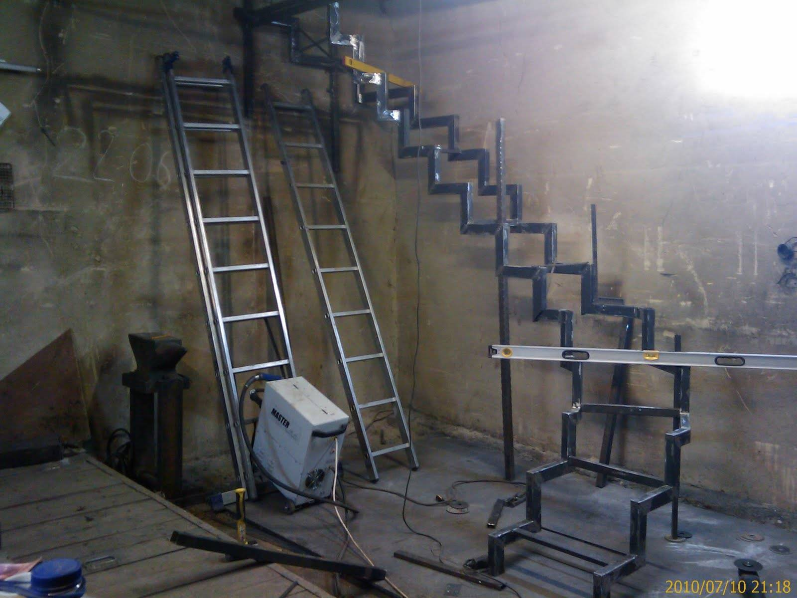 Металлическая лестница на второй этаж своими руками: фото 88
