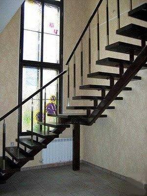 Виды лестниц для дома многообразны, один из вариантов: двухмаршевая открытая - из дерева