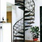 Винтовая кованная металлическая лестница