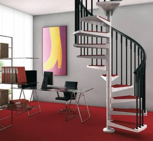 Винтовая лестница с черными перилами и красно-белой отделкой.